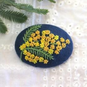 ミモザ*手刺繍のブローチ *紺II