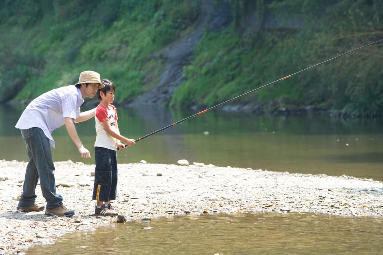 息子に釣りのアドバイスをするパパ