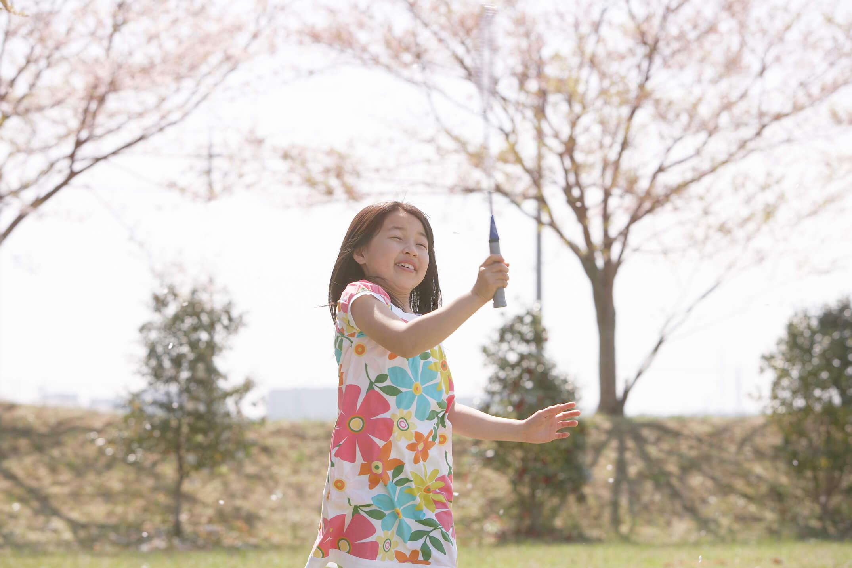薄曇りの日にバドミントンを楽しむ女の子