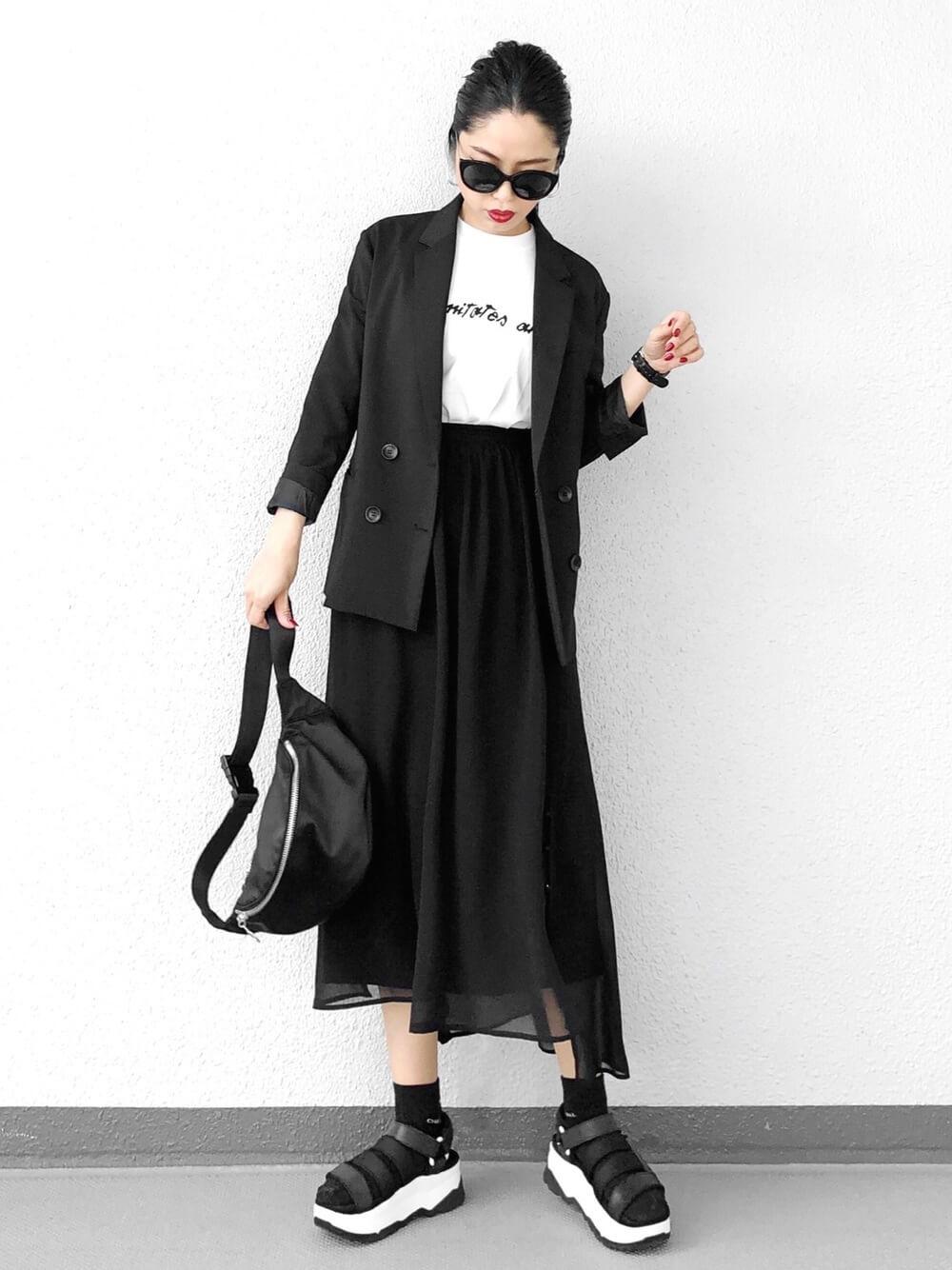 黒ジャケット×黒チュールスカートできちんとモード