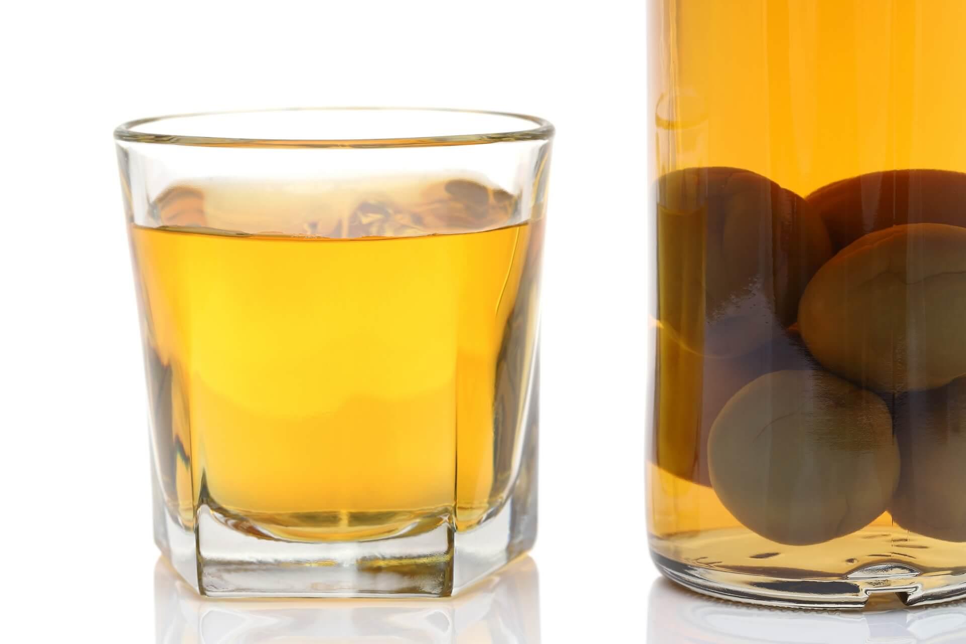 グラスに注がれた梅酒