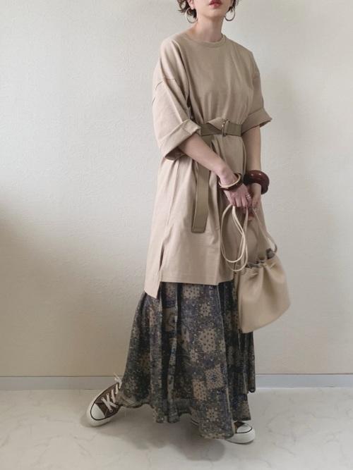 オーバーサイズのロングTシャツとプリーツスカートとベルトのコーデ