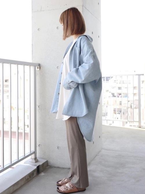 オーバーサイズのデニムシャツとカーキのパンツのコーデ