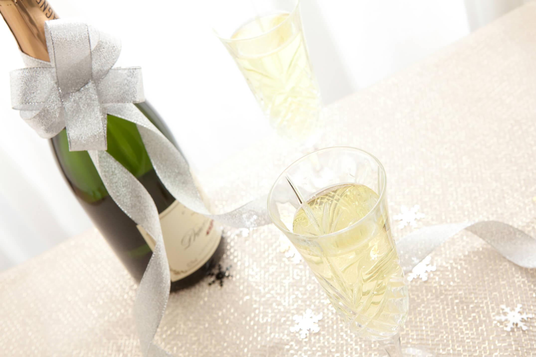 シャンパンの瓶と2つのグラス