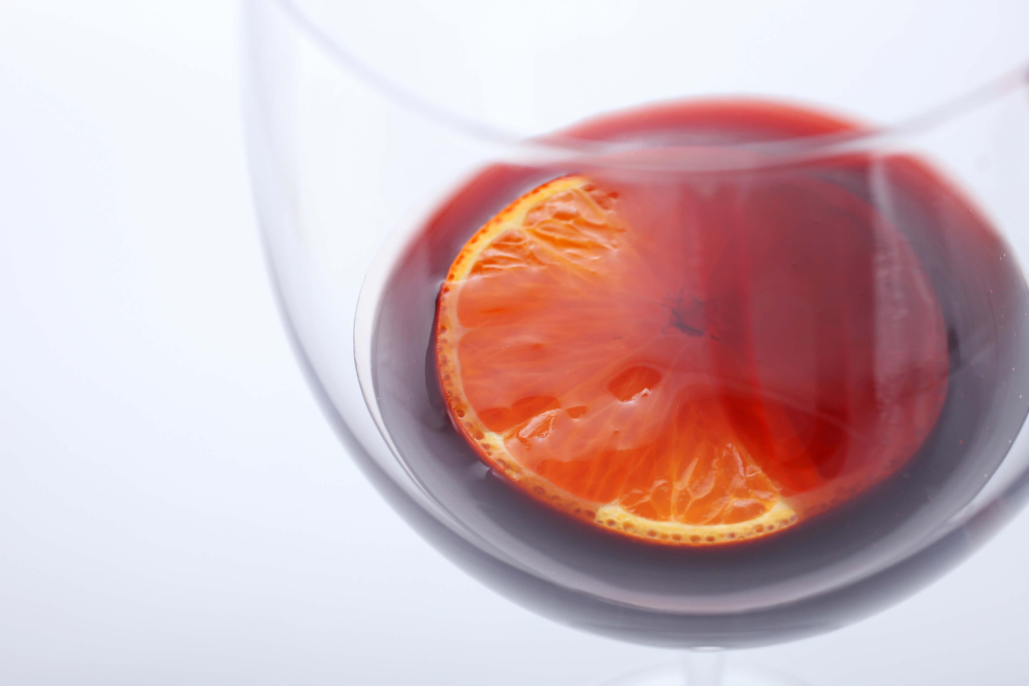 カシスリキュールとオレンジの輪切り