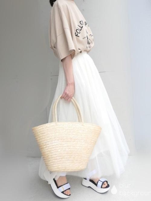 ベージュのオーバーサイズTシャツと白いチュールスカートのコーデ