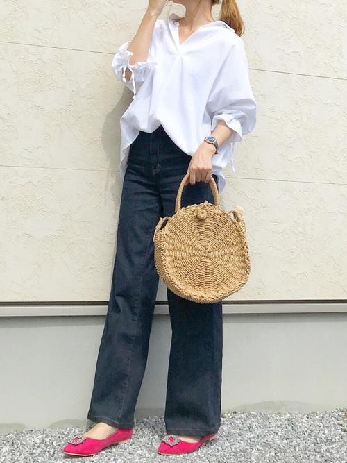オーバーサイズの白いシャツとデニムパンツのコーデ