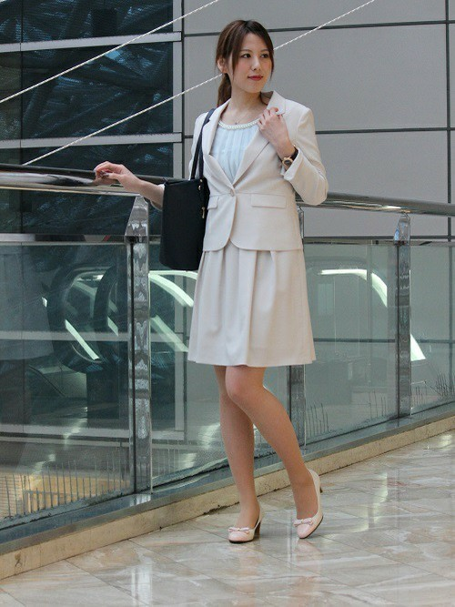 麻混素材のジャケットとフレアースカートのコーデ