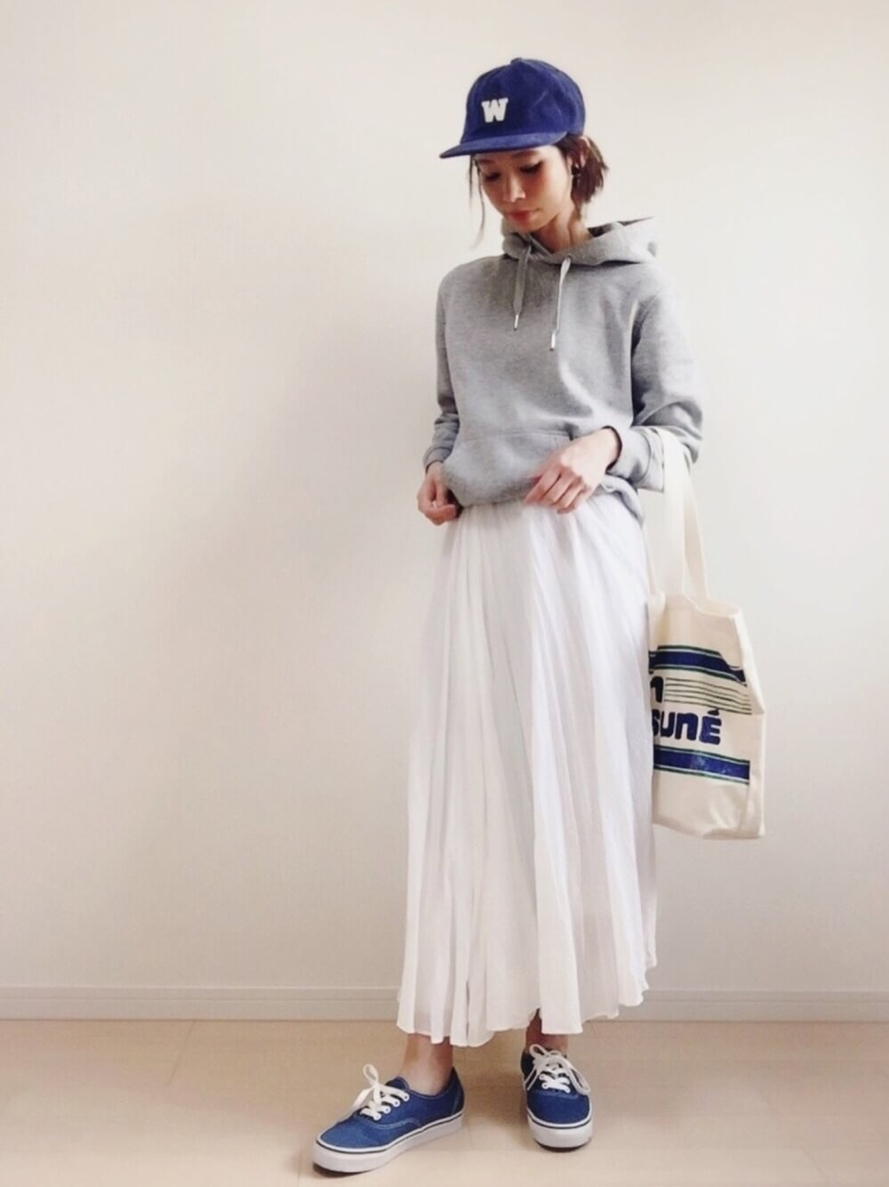 プリーツスカートで女性らしさをプラス