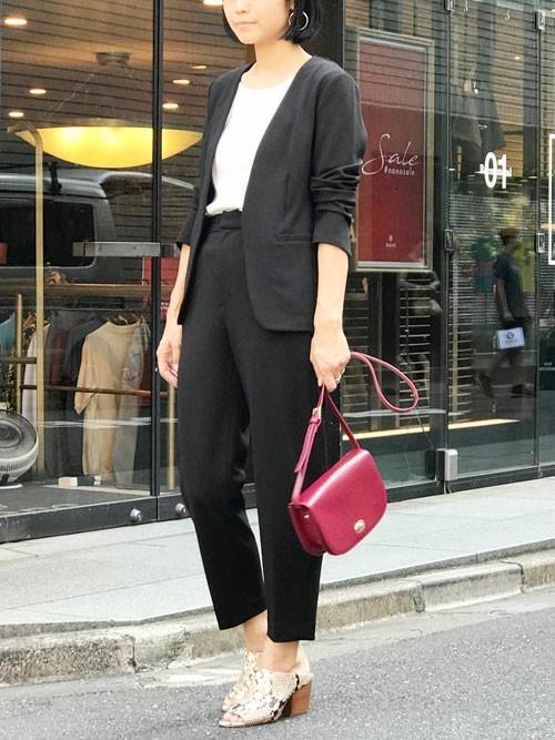 黒いノーカラージャケットとパンツのコーデ