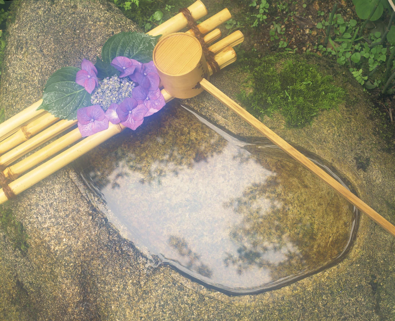 手水鉢にたまっている水