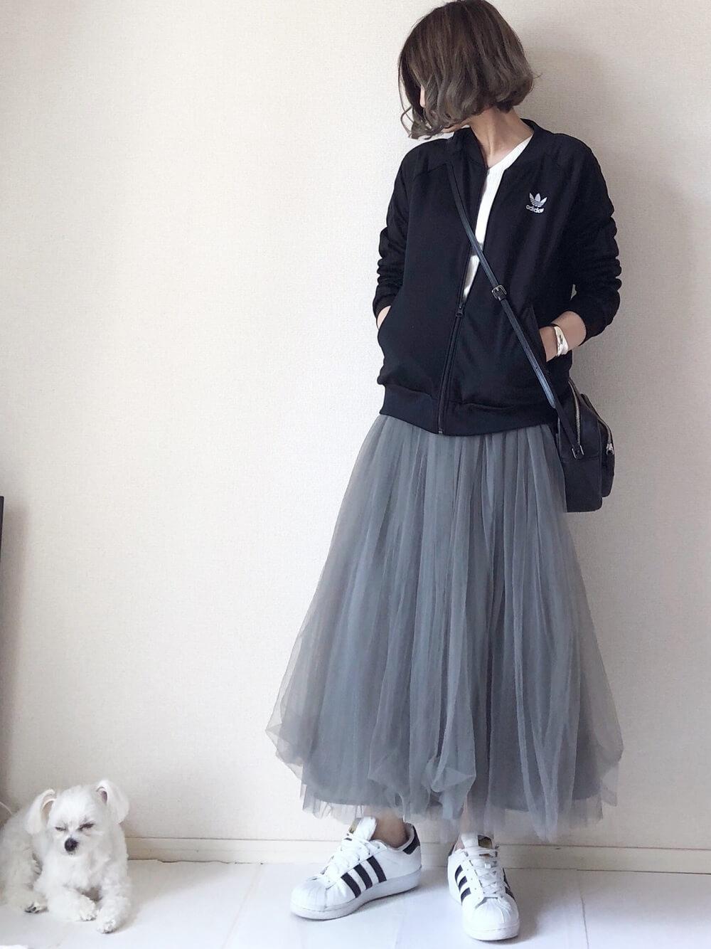 黒トップスとグレーのスカート