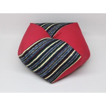 手作りあぐら座布団 おじゃみ(お手玉)の形をした可愛らしい座布団。 正座やあぐらで楽に座れます。上質な木綿わた使用し丁寧にお仕立てます。 g850 横縞×無地エンジ