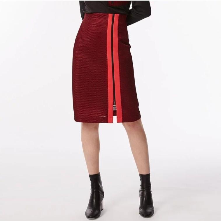 設計無所不在 我們從生活中人們的使用習慣與材質發想, 選用細緻且獨具風格的紅色立體紋理布料進行設計,以L'ARMURE的獨有風格進行再詮釋。 版型為修身的鉛筆裙,正式感的基本款型,平衡布料整體的運動印