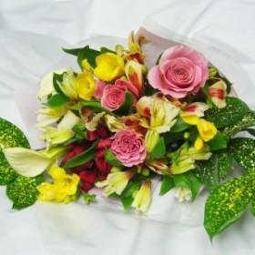 送料無料バラと季節の花の花束サイズ30cm×30cmお誕生日・発表会・送別会・退職祝い・記念日のプレゼント配達日指定対応