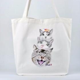 純粋な三匹の猫が緑色の袋を運ぶ
