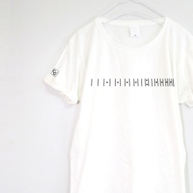 さりげなさがカッコいい、ギターのフレットTシャツ 【ホワイト】 フロント・袖プリント クルーネック メンズ・レディース