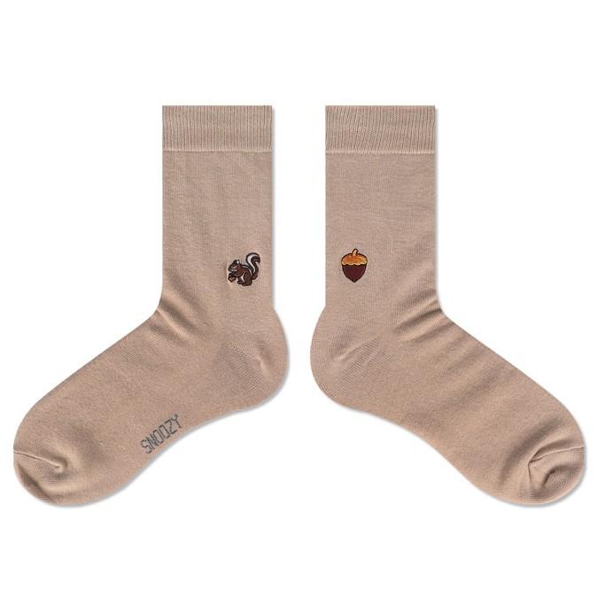 ❤️賣場出貨時間為 : 只要有現貨,週一~週五 的 14:00前下單,都是當天出貨唷 不需要太花俏的顏色 SNOOZY 以素面和簡單的線條來當底色 在每雙襪子左右腳後跟的地方 繡上精緻不對稱的小圖案可