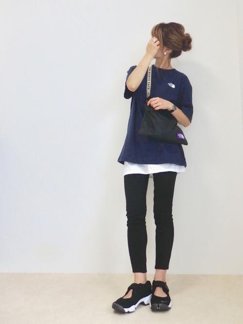ネイビーのTシャツと黒いレギンスのコーデ