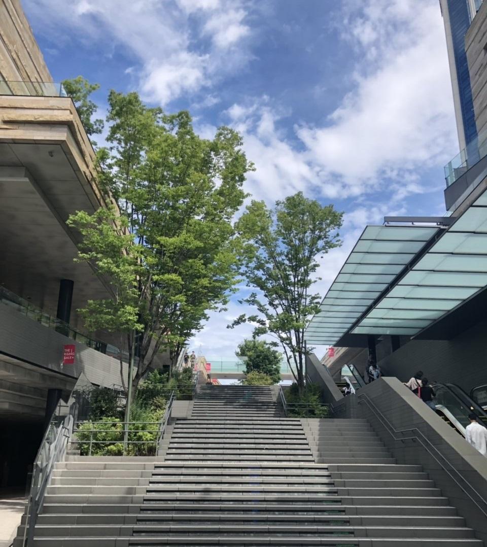 東急電鉄の二子玉川駅直結の二子玉川ライズを二子玉川公園の方へ進んでいきます。