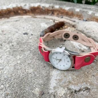 ▲EDGE モノトーンコーデに合わせたい赤メッシュ「エッジニット 腕時計」手元スッキリ見せ(EKW-RR)