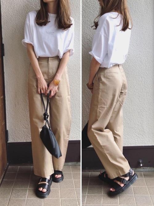 白いTシャツとベージュのパンツのコーデ