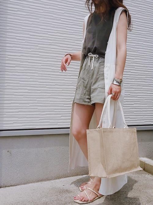 ブラウンのTシャツとカーキのパンツと白いシャツワンピのコーデ