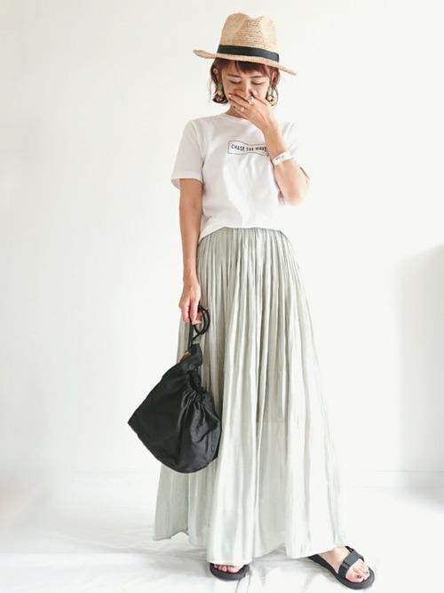 白いTシャツとロングスカートのコーデ
