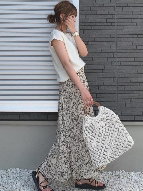 白いTシャツとプリーツスカートのコーデ