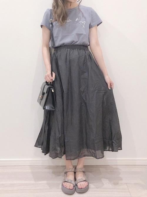 グレーのTシャツと黒いマキシスカートのコーデ