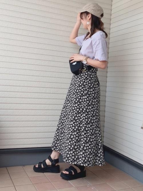ラベンダーのTシャツと花柄スカートのコーデ