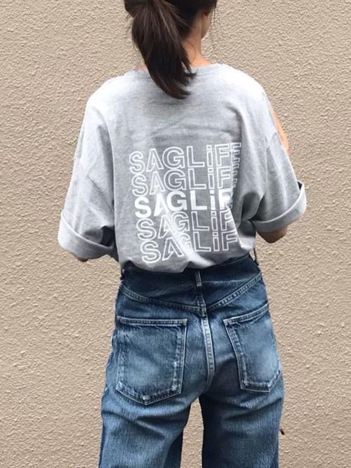 グレーのTシャツとデニムパンツのコーデ