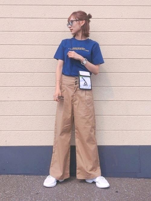 ブルーのTシャツとベージュのパンツのコーデ