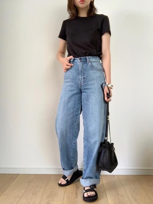 黒いTシャツとデニムパンツのコーデ