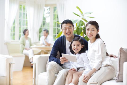 家族でタブレットを見ている様子