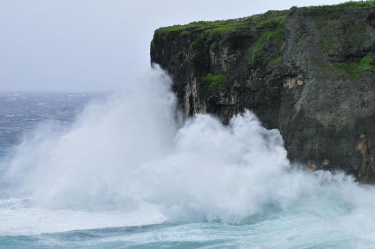 台風接近中で荒れる海