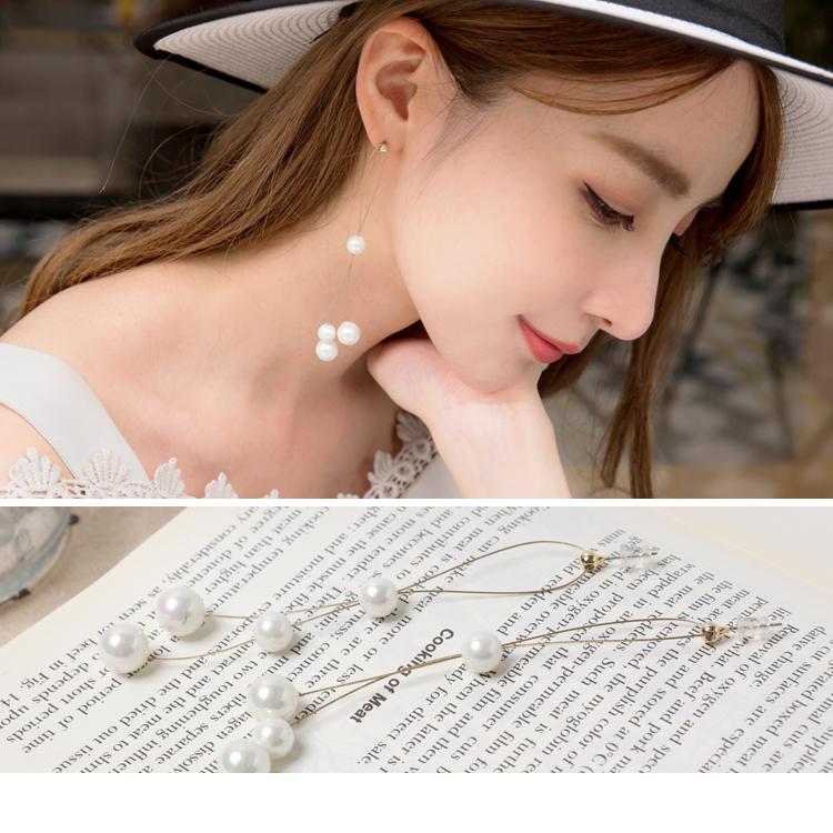 大小垂墜的珍珠造型, 浪漫質感兼具的時尚氛圍感, 此款耳針式耳環是四季都可以搭配道的必備單品, 細節點綴即能成為全場焦點~ ************** 小提醒: 1. 此款為耳針式 2. 流汗、洗臉