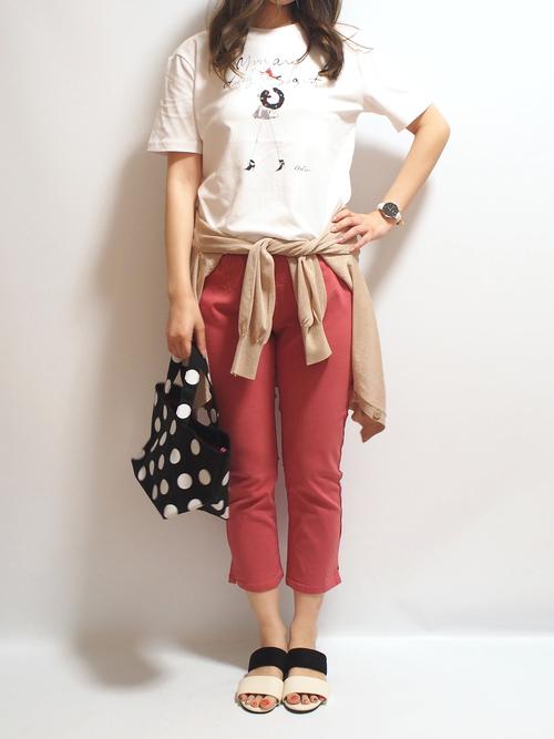 白いTシャツとピンクのクロップドパンツのコーデ