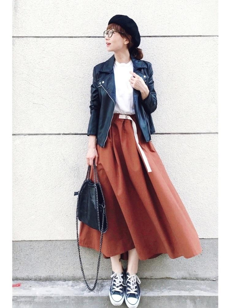 落ち着きのある秋色スカートで上品に