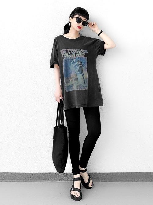黒いTシャツとレギンスパンツとスポーツサンダルのコーデ