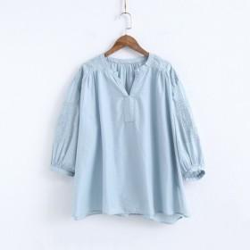 light blue/grey 花柄刺繍 Vネックのブラウス 七分袖 ふんわりした袖