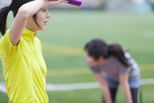 スポーツ中に汗をかく女性