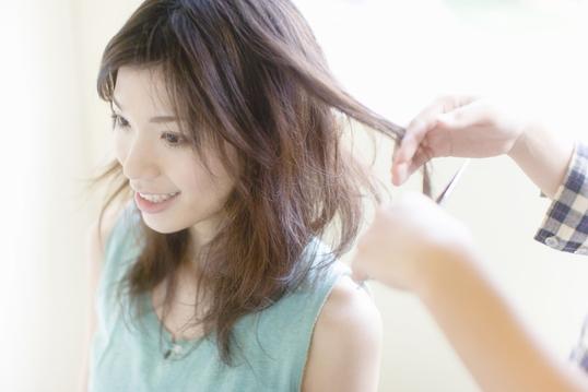 髪のカットをする女性