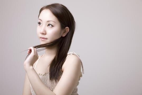 髪の毛を触っている女性