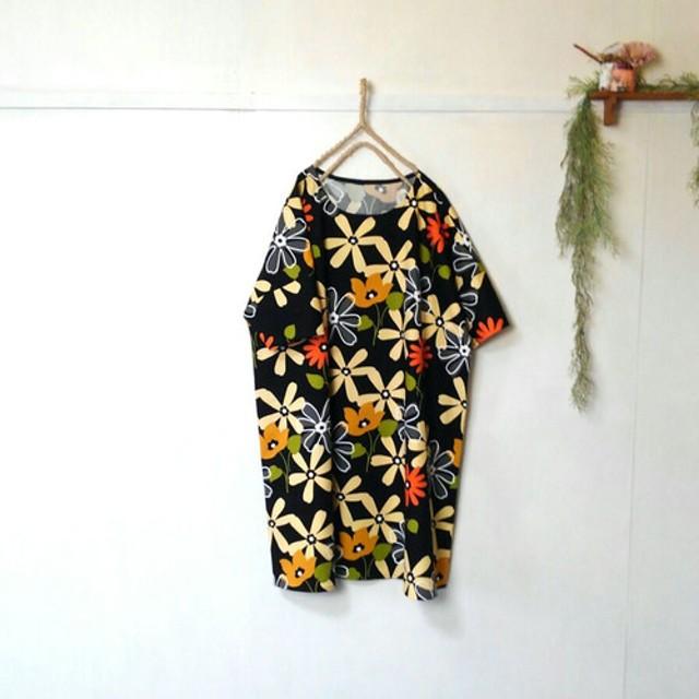 ゆったり着てね 大輪の花柄 ワンピース 黒 五分袖 チュニック
