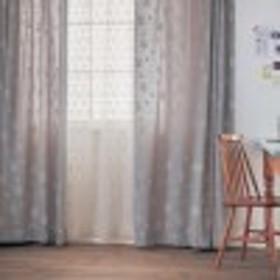 立体的な刺繍のカーテン