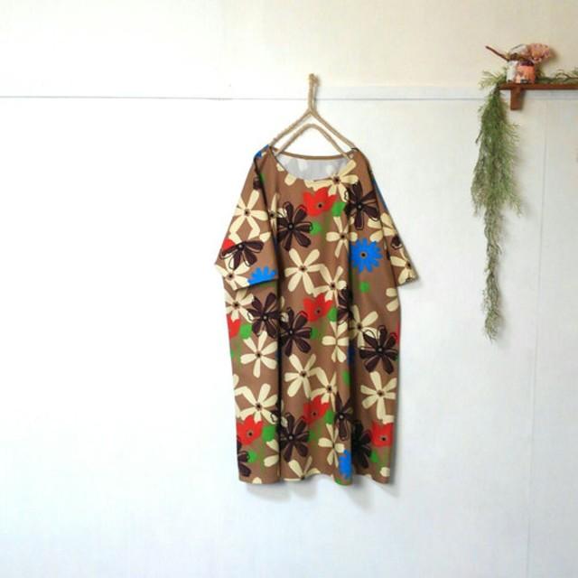 ゆったり着てね 大輪の花柄 ワンピース ブラウン 五分袖 チュニック