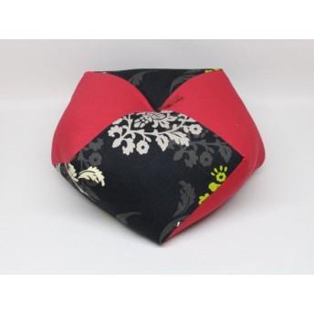 手作りあぐら座布団 おじゃみ(お手玉)の形をした可愛らしい座布団。 正座やあぐらで楽に座れます。上質な木綿わた使用し丁寧にお仕立てます。 g850 モノトーン花×無地エンジ