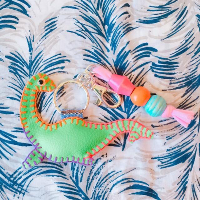 首長竜 恐竜 ネッシー 怪獣 グリーン 緑 フェイクレザー キーリング キーホルダー 刺繍 ウッドビーズ