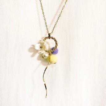 華やかリングに白いお花 パープル&イエローロングネックレス